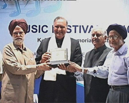 Mr. Gurbachan Singh Seehra, the President of The K.L. Saigal Memorial Trust, Jalandhar, Punjab, honouring Rahi Bains with an Award for Services to Hindustani Music.