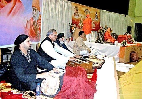 Rahi-Bains-Singing-at-Bhagwan-Shree-Laxmi-Narayan-Dham-London